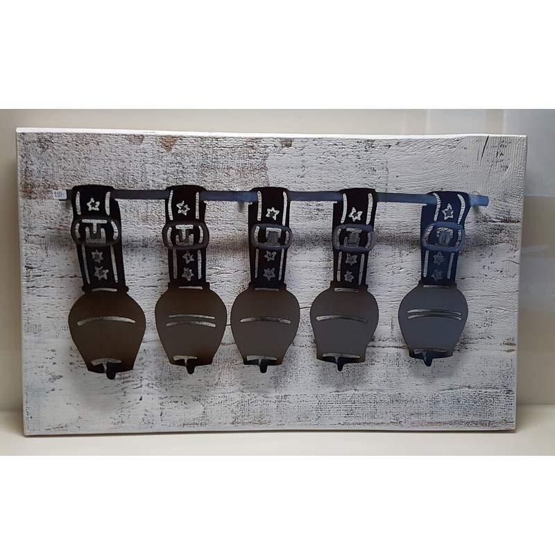 Glockenreihe auf Holz